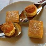 crémeux de parmesan et croque volaille au sésame en mise en bouche