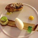 Foie gras chaud au sésame toasté sur lit de fruits du dragon, cannelloni de concombre aux fruits