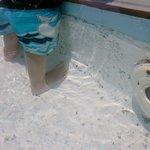 Pintura vieja y escarchada de la piscina para niños...la superficie es áspera y se descascara pr