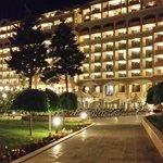 L'hôtel, la nuit tombée