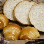 朝食のパンは、食パンとバターロールどちらも自家製となっております。