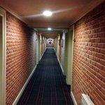 Um dos corredores do hotel