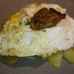 Patatas con huevos y foie. Excelente