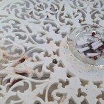 Это стол на балконе после утренней уборки