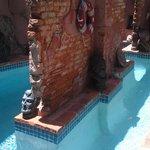 La piscina es entre ruinas y estilo laberinto