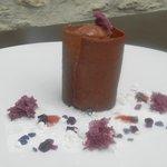 Crémeux chocolat noir, cerises éclatées au kirsch, amande amère et violette.