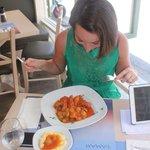 Кролик в томатном соусе с луком) оригинальное и вкусное блюдо,благодаря соусу.