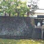 Muro do lado esquerdo do portão principal