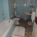 bagno senza finestra e vasca senza copertura
