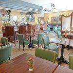 Este luminoso bar-cafeteria tiene tambien en su suelo relajantes cursos vivos de agua