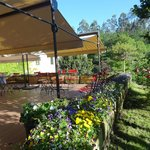 Esta terraza exterior es ideal para comer,tomar una copa o desayunar rodeados de belleza natural