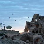 Vista de balões subindo a partir do restaurante do hotel Argos in Cappadocia.