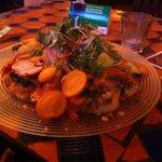 Salatteller mit indisch zubereitetem Fisch