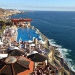 Vista desde el hotel al mar y una de las piscinas