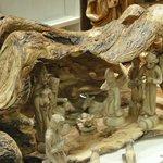 Un presepe realizzato in un tronco di ulivo