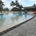 hermosa piscina con desborde permanente