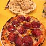 Pizza con bresaola e bianca con funghi porcini.