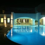 Acroterra Rosa - pool and restaurant at night