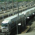 Entrando los vehículos a las jaulas transportadoras