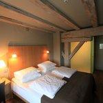 De kamer met een prachtige douche omgeven door matglas
