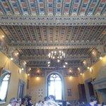 Il soffitto della sala con il camino