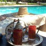 thé à la menthe au bord de la piscine