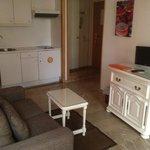 Sala con cocina y sofá