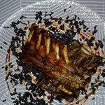 Costillas de cerdo ibérico a la miel de caña de azúcar y cama de arroz negro