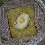 Coca de cebolla con huevo frito