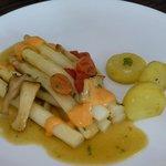 Asparagus with tomato hollendaise