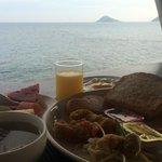 อาหารเช้าพร้อมวิวทิวทัศน์ขอบทะเลโดยรอบ