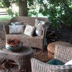 Salottino esterno, piccolo angolo di relax immerso nel verde