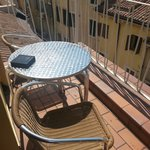 tavolino e sedie sul balcone