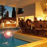 Repas du soir près de la piscine