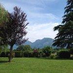 vue du jardin à 10 mn du lac à pied