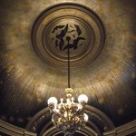 Lustre de uma das salas do palácio.