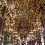Sala de espelhos e lustres de cristais do palácio.