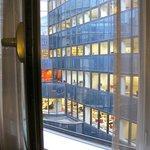 vista de oficinas desde la ventana de la habitación.