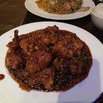 Sesame Chicken e sullo sfondo i noodles ai gamberi