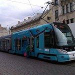 Трамвай на сосдей улице останавливается
