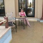A la terrasse au bar de l'hôtel, les pieds dans l'eau