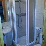 baño completo de habitacion