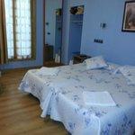 habitacion con 2 camas individuales,baño y a.a.