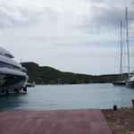 яхты пришвартованные в гавани