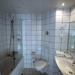 Badkamer is niet heel bijzonder, wel schoon.