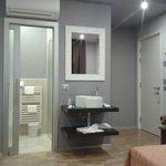 Раковина в номере и вход в ванную комнату
