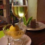 Wein, Mangosorbet & Walnußschnitte