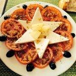 In semplice ma gustoso piatto di pomodori e formaggio