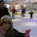 Patinação no gelo, dentro da cafeteria.