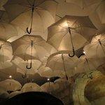 En uno de los ambientes, la iluminación atraviesa los paraguas, se ve precioso!